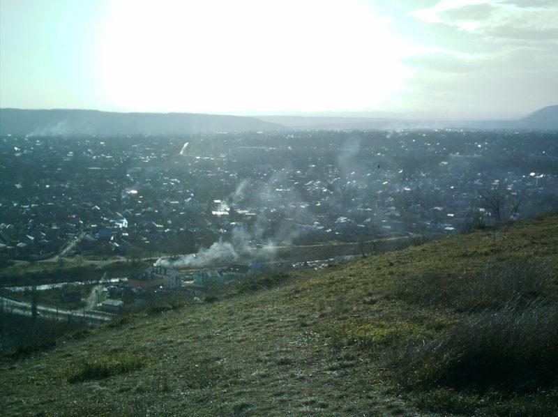 Вид на дым костров с горы Горячая в Пятигорске
