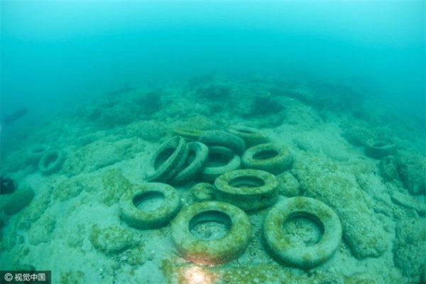 Стары шины на дне океана возле Флориды