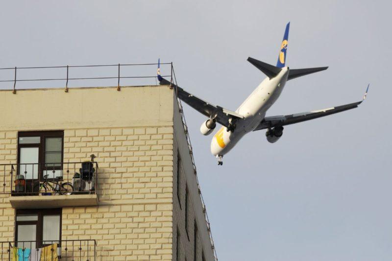 Самолет над жилыми домами в микрорайоне Южный в Лобне