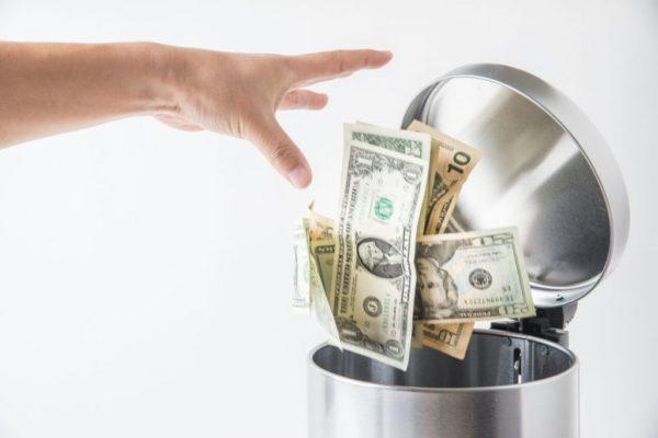 Деньги в корзине для мусора