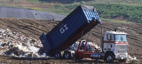 Разгузка бытовых отходов на полигоне