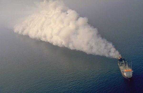Судно Вулкан II сжигает токсичные отходы