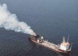 Судно Вулкан II сжигает токсичные отходы в Северном море 1987 г.