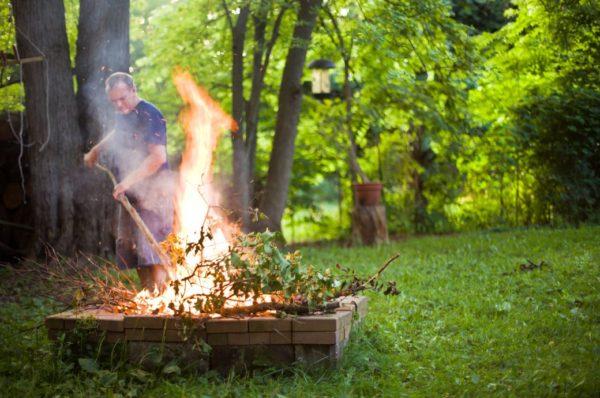 Сжигание листьев на участке