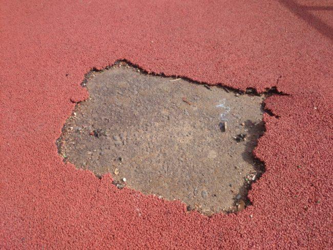 Очаг разрушения резинового покрытия