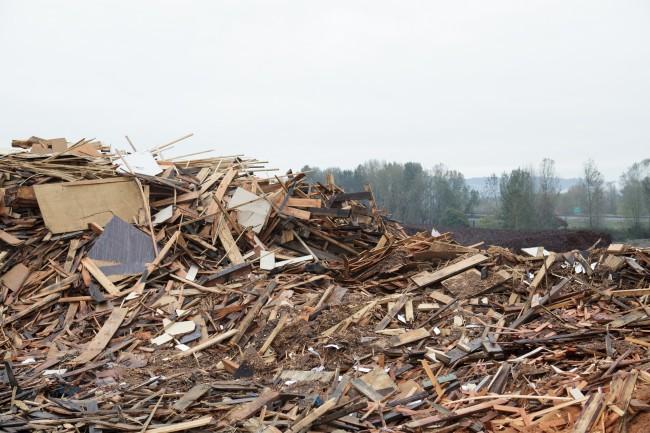 Куча отходов древесины