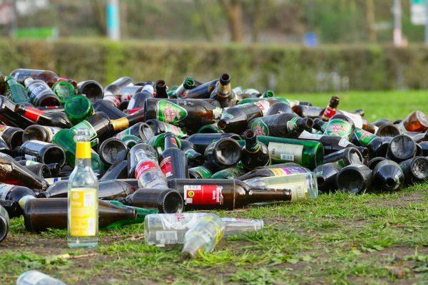 Стеклянные бутылки на газоне