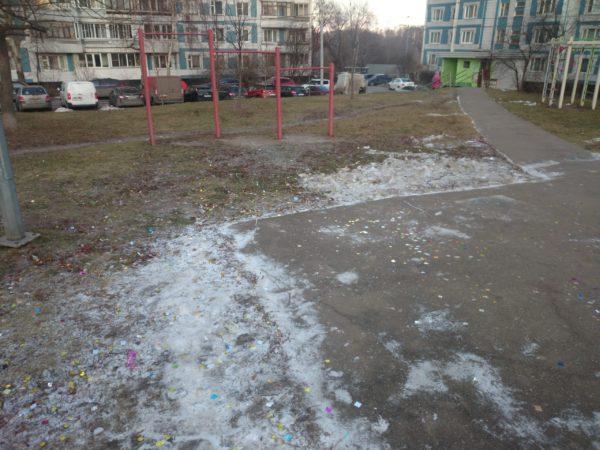 Детская площадка в блестках от хлопушек